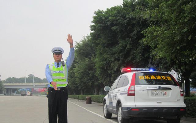"""开车不用再带行驶证、驾驶证了!深圳交警全国首推""""手机电子证照"""""""
