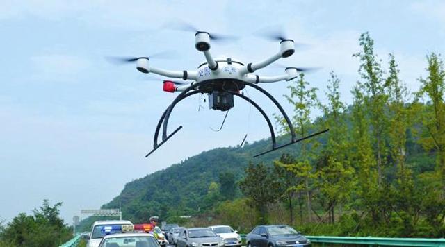 四川高速交警出动无人机巡逻,半天抓拍交通违法90余起