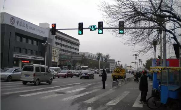 交叉路口到底该不该配红绿灯倒计时?