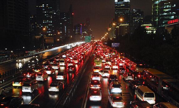 """南昌市出台""""以奖代补""""政策缓解城区停车难"""