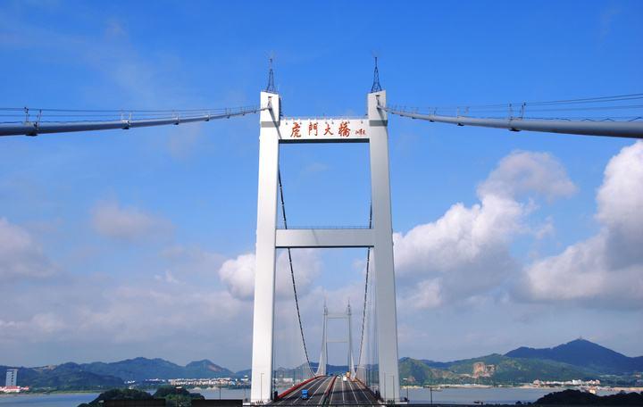 广东虎门大桥首次启动红绿灯治堵效果明显