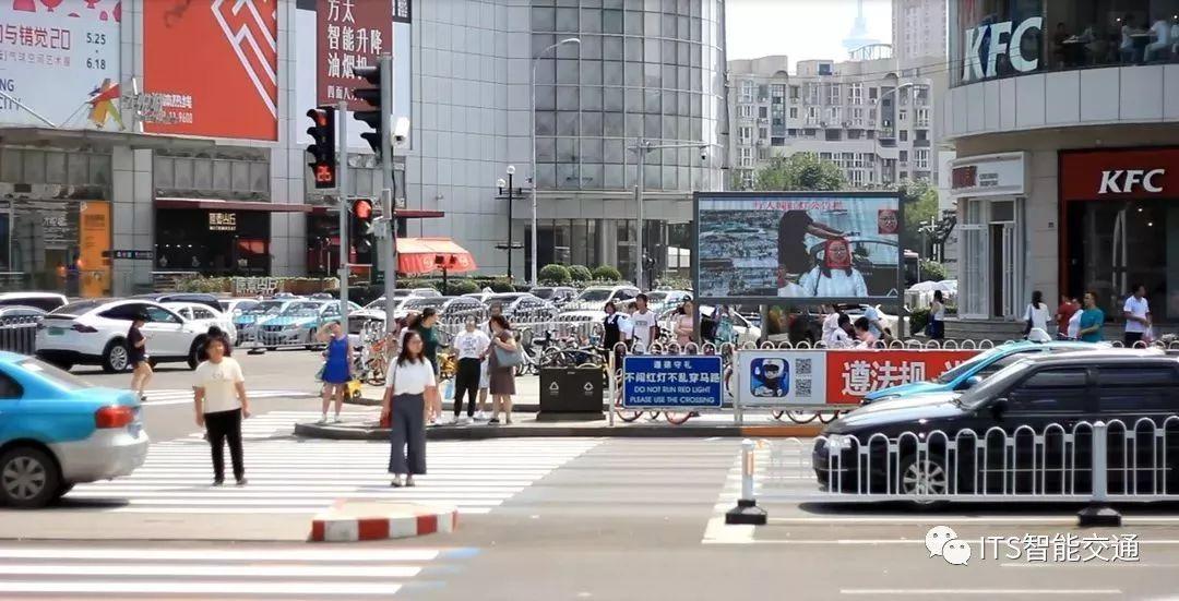 """""""AI交警""""亮相天津街头,""""中国式""""过马路实时曝光"""
