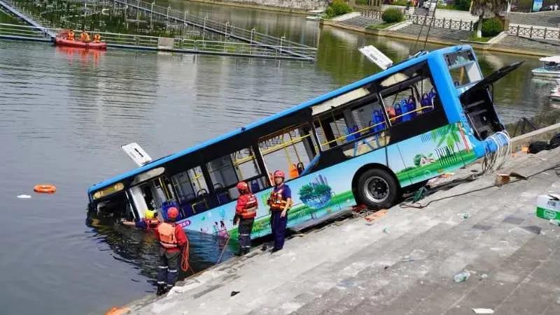 贵州坠湖惨剧 引发公交安全管理的反思